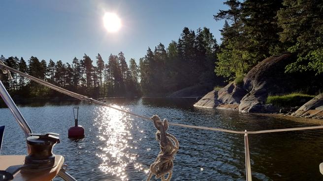 Naturhamn vid Byön. Klockan är kring sju på morgonen.