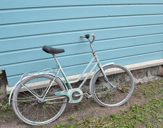 Cykel ton i ton med vägg.