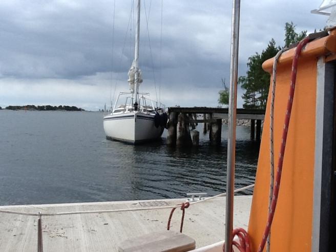 Inte vår båt men en vi delar brygga med på en holme där vi pausat.