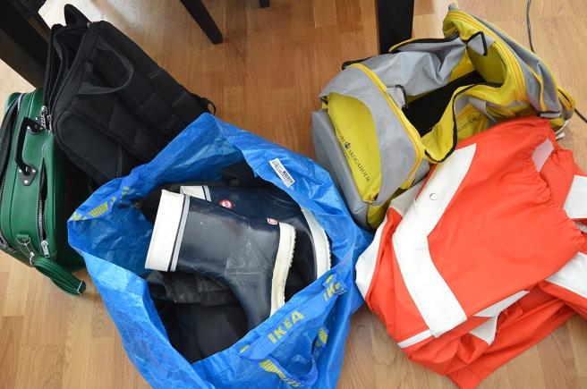 En väska för elektronik, en för kläder, en för proviant. Och en Ikeakasse med regnkläder, stövlar och vindtät jacka.