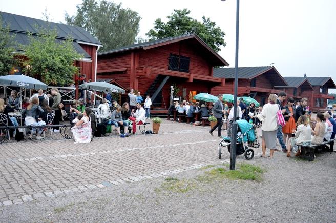Många familjer med barn trivdes under den tidiga kvällen på området.