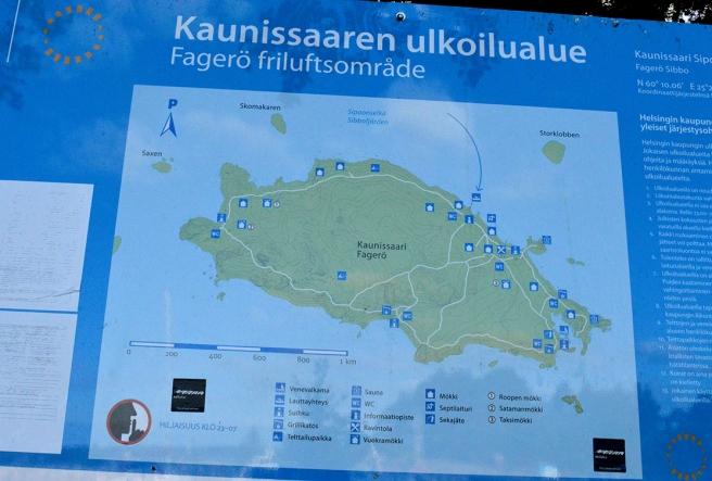 En rejäl karta som beskriver vad friluftsön Fagerö utanför Sibbo kan erbjuda båtfarare.