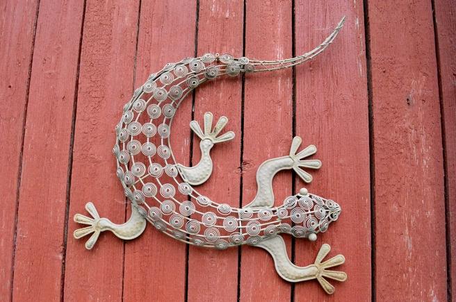 En prydnad på väggen till en gårdsbyggnad vid Kungsdammen i Garnison i Lovisa.