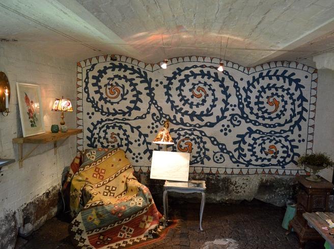 Den här väggen finns i Garnison, i en gårdsbyggnad som hör till hemmet Kungsdammen, som håller öppet vid Lovisa Historiska Hus och under Öppna trädgårdar.