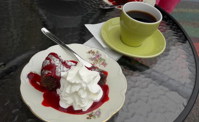 Firade nytt hyreskontrakt med kaffe och kaka.
