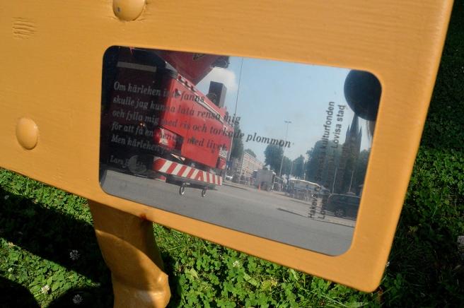 Här har vi en dikt på svenska. Också med spegling av torget och en brandbil.