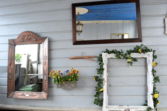 Stannar alltid upp i porten till Vackerbacka. Där finns ofta speglar och andra gamla vackra ting.