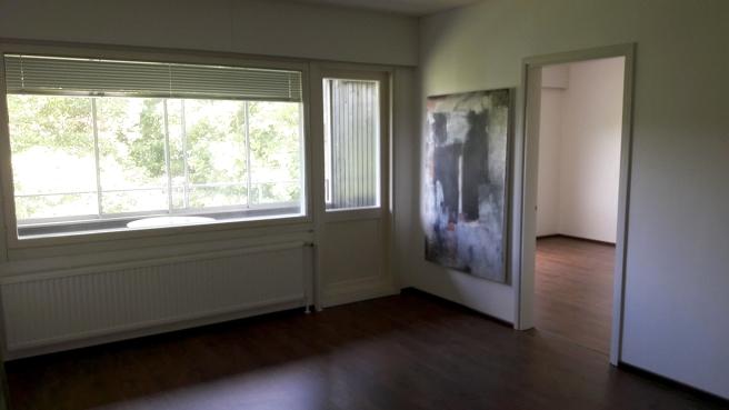 Här syns en del av vardagsrummet, balkongen och sovrummet.