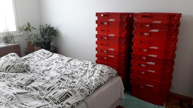 Tjugo lådor väntar i sovrummet, tio i köket.
