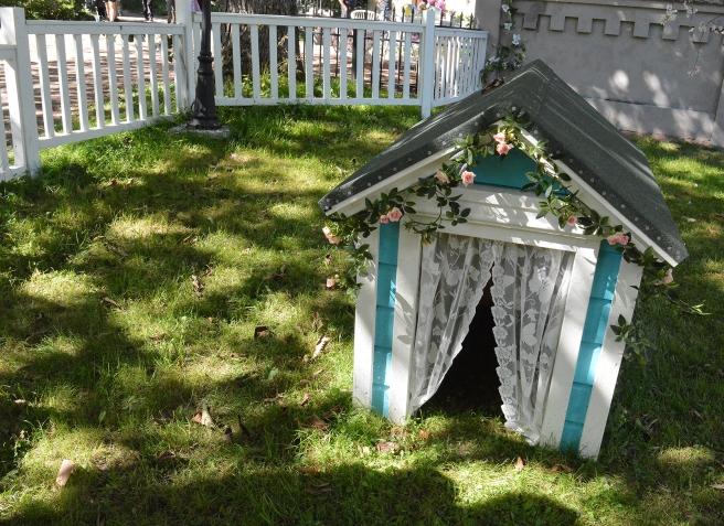 En fin liten hundkoja i trädgården utanför Adas och Gladas hus under sommarens filminspelning.