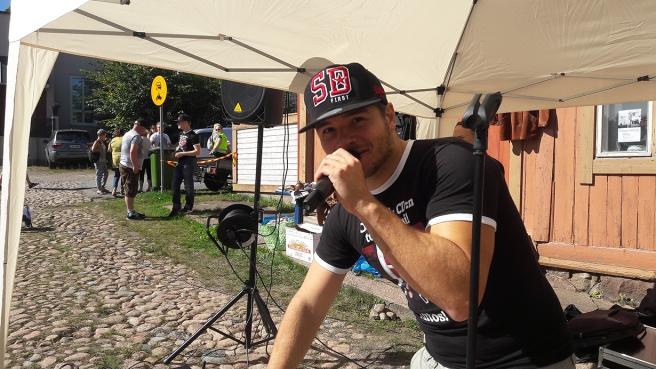 Daniel Sanz, finalist i The Voice of Finland, uppträdde på Saltbodtorg.