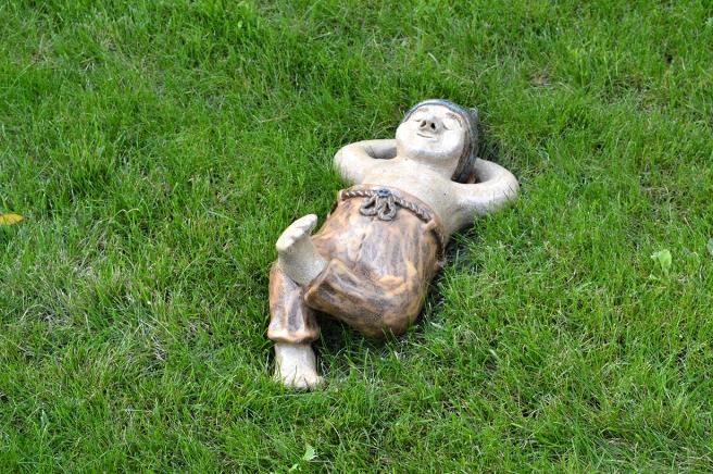 I Arboretum Magnolia i Lojo hittade jag den här mannen som inte har brådis nånstans :-)