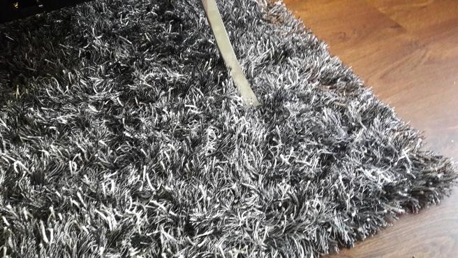 Min nya matta under soffan, framför teven.
