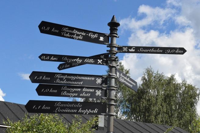 På Skeppsbron i Lovisa finns det här skyltarna.