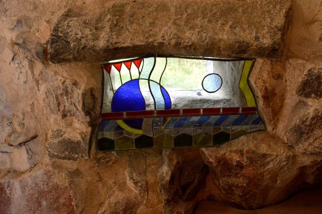 Ett litet fönster i muren på Heliga Birgittas kapell i Vivamo i Lojo.