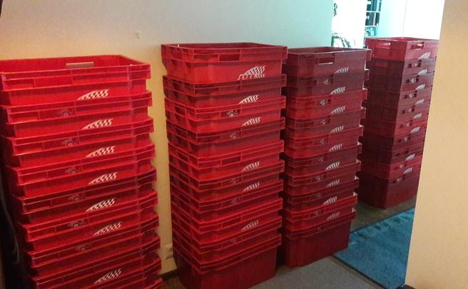Fyrtio tomma flyttlådor.