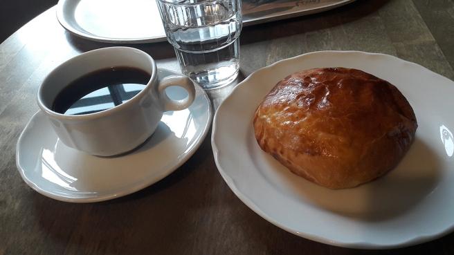 Förmiddagskaffe och smörbulle på Café Vaherkylä.
