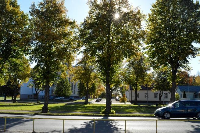 Tranbrunnsparken mittemot busstationen. I bakgrunden Lovisa gymnasium.