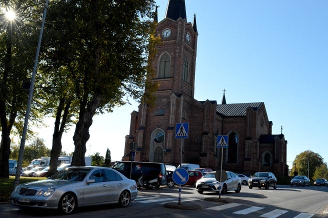 Kö in till staden och kyrkans parkering proppfull.