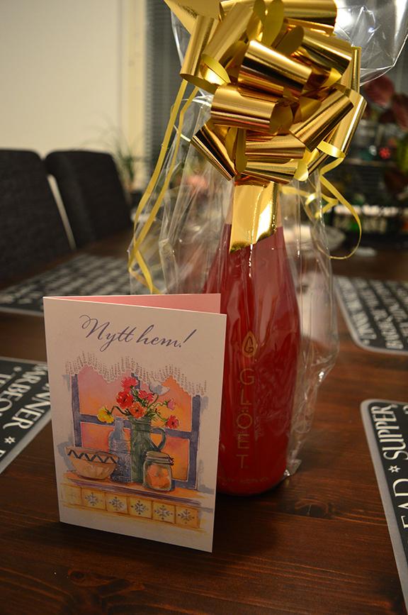 Marina hade med sig en vackert inpackad flaska, ett kort, ett paket salt och mörkt bröd som lyckönskan till nya hemmet.