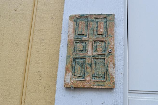 En dörr som ingår i Småfolkets stig i Lovisa. Det finns många miniatyrdörrar runtom i staden, en del går att öppna, andra inte.