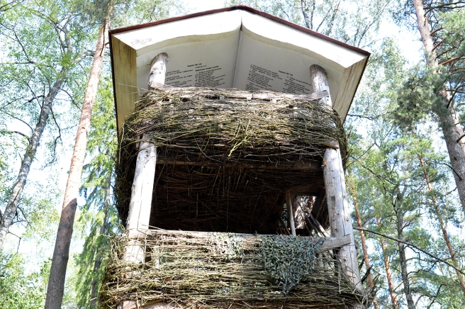 Ett utsiktstorn i Vivamo i Lojo med en Bibel som tak.