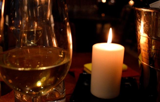 Några glas vitt vid ett levande ljus.