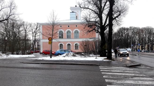 Stadens rådhus som det ser ut sett från korsningen av Alexandersgatan och Mannerheimgatan.