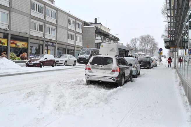 Drottninggatan, lite hafsigt plogad men det är troligen inte lätt att hålla snön borta då ny kommer ner hela tiden och då bilar kanske stått parkerade där när traktorerna var ute i morse.