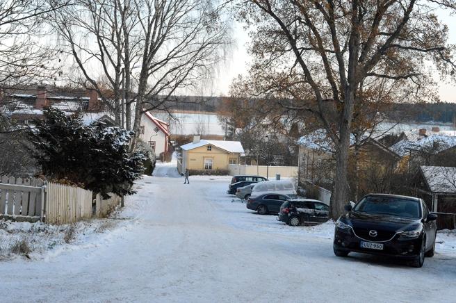 Från gamla kyrkogårdens port har man utsikt över en del av Lovisa gamla stad och Lovisaviken som lätt börjat frysa till nu.