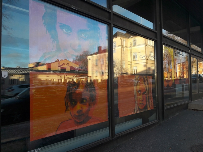 Konst i fönster blev lite konstigt med speglingarna, men därmed en ny konst i sig.