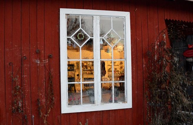 Ett av fönstren till försäljningsboden på Kungsdammens gård.