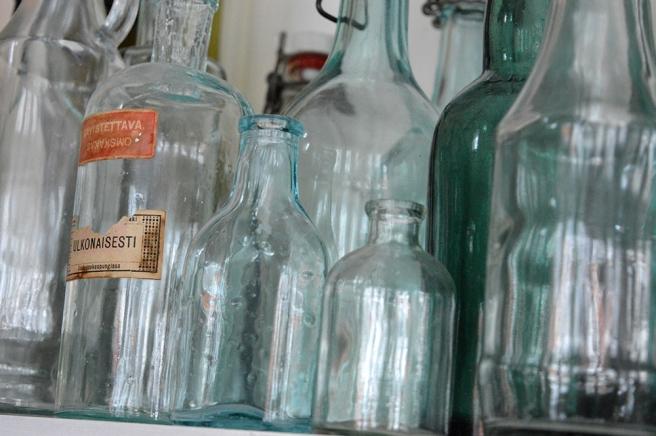 Flaskor på en hylla i ett av Lovisas öppna julhem som jag besökte i början av december.