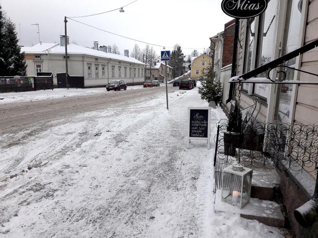 Alexandersgatan, riktning söderut. Jag är på väg till Café Vaherkylä som ligger lite längre bort till höger. Gatan som börjar där gula huset finns heter Östra Åsvägen, och vänder man till vänster är det Karlskronabulevarden.