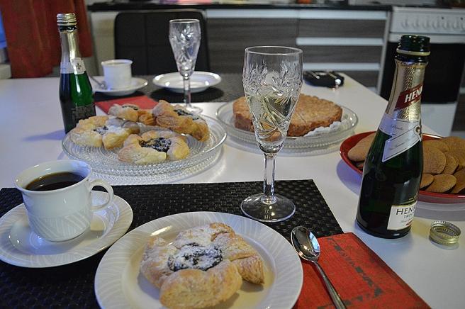 Jultårta, toscakaka, kaffe och mousserat vankades också.