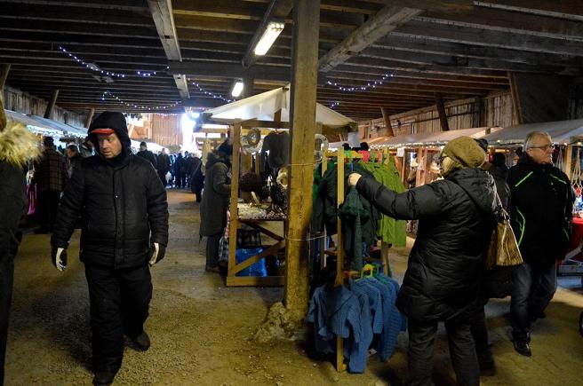 Inne i stallet var det sådan trängsel att jag var tvungen att vänta för att folk inte skulle stå framför kameralinsen och skymma sikten.