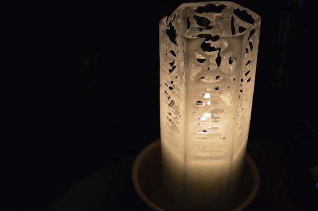 Skalet av stearin hålls kvar, men varje gång blir ljuset lite svårare att tända utan att skada mönstret eller bränna fingrarna. Ernst långa stickor blir mitt följande knep!