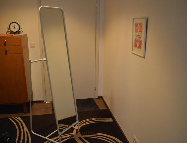 Knapper, en flyttbar spegel. Går att hänga kläder eller accessoarer på baksidan.