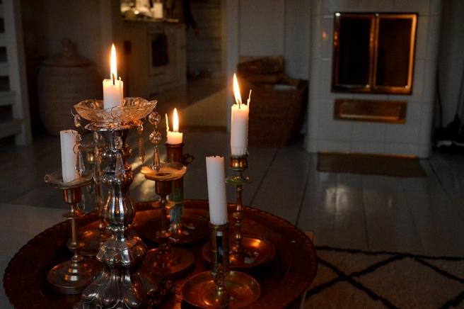 Levande ljus sprider äkta och varm stämning.