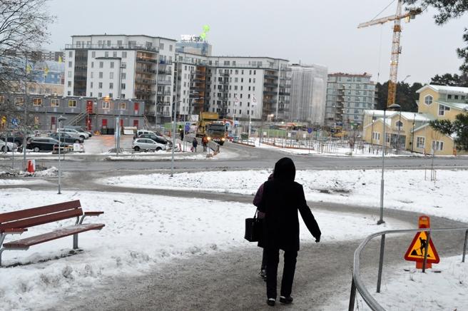 Då jag bodde i Täby fanns inte våningshusen som nu skymmer Täby centrums shoppingcenter. Intill Grindtorpskyrkan (gul till höger) fanns en skola, senare tillfälliga P-platser.