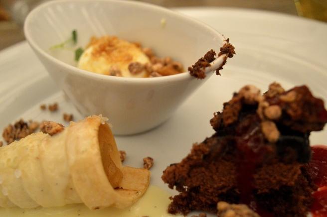 Efterrätt från stående bord. Bland annat bit av chokladkaka med hallonsås, struva med äppelsylt och vaniljsås.