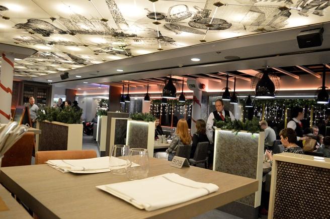 En del av restaurangen som serverar grillad mat på Viking Gabriella.