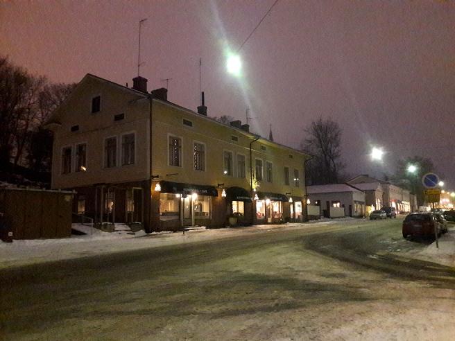 Alexandersgatan med bland annat Café Vaherkylä på gatunivå i det stora trähuset.