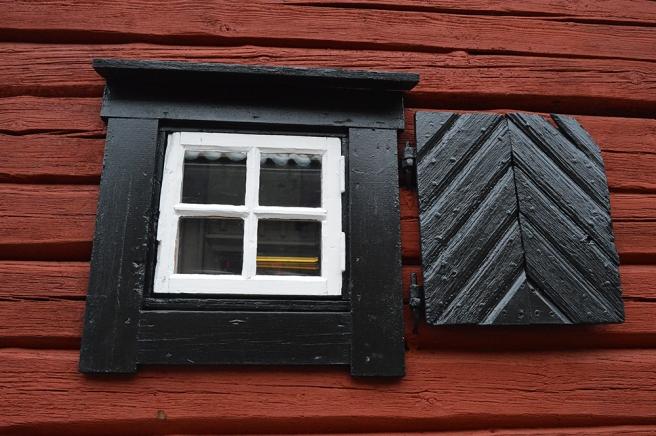 Ett litet fönster på en vägg i den äldre stadsdelen av Västerås.