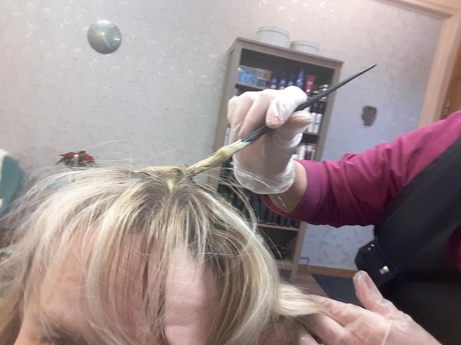 Det tämligen ljusa håret krävde korrigering varannan månad eftersom utväxten är mörk och också bjuder på en del grå strån...