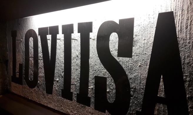 Den här skylten finns utanför porten till huset där finska lokaltidningen Loviisan Sanomats redaktion finns. Den får symbolisera mitt Lovisa-inlägg.