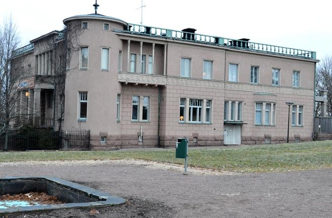Granne med kyrkan ligger Bonga slott. Det är privatägt och där finns bland annat Riitta Nelimarkkas konstverk utställda.