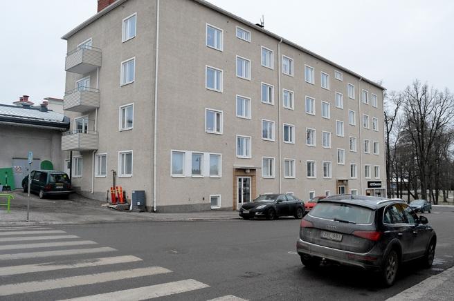 Det så kallade Holmströmska huset invid K-Supermarket. I byggnaden till vänster som inte riktigt syns, finns en stor loppmarknad. Där hade företaget Holmström bussgarage förr om jag nu inte helt minns fel.