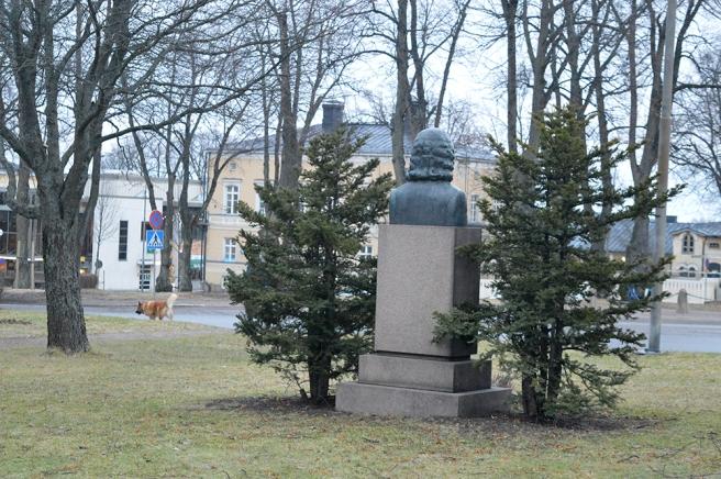 Jacob af Forselles staty från en annan vinkel.