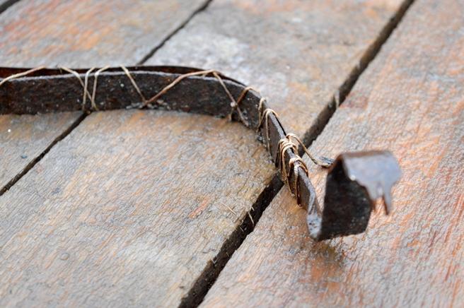 Torolf Eklöf har tagit tillvara rostigt material och format en orm av det.